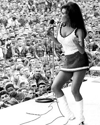 Raquel Welch Performs In Vietnam During A 1967 Uso Tour - 8X10 Photo (Bb-083)