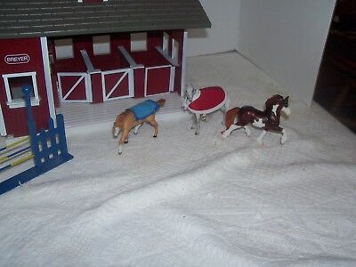 BREYER ANIMAL CREATIONS HORSE STABLE/BARN plus horses and parts
