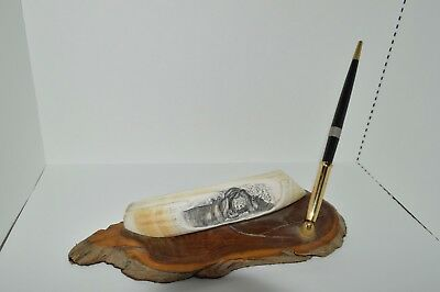 PEN HOLDER WOOD / SCRIMSHAW with carved design of two KISSING HIPPOS
