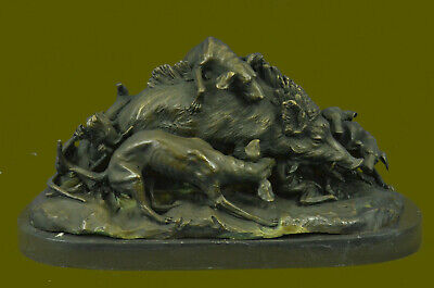 Bronze figural group of dog hunting wild boar raised on Marble Base Statue Figur
