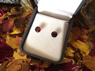 Gorgeous natural Garnet 6mm round facet sterling silver claw stud earrings 💋