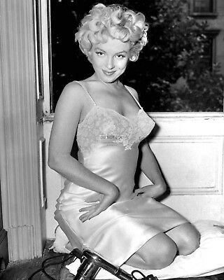 Marilyn Monroe Iconic Sex Symbol And Actress - 8X10 Publicity Photo (Da-118)