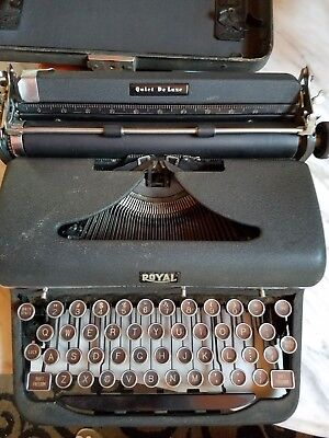 vInTaGe ROYAL QUIET DELUXE PORTABLE TYPEWRITER w CASE