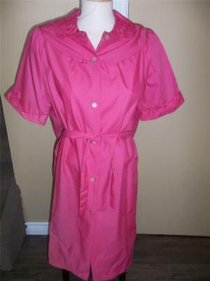 VTG 1960s EMBROIDERED ROBE HOUSECOAT HOUSE DRESS DEEP PINK SIZE M NOS