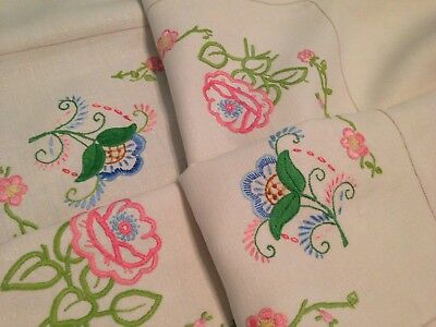 VINTAGE HAND EMBROIDERED LARGE LINEN TABLECLOTH  ~ BEAUTIFUL FLOWERS And LACE