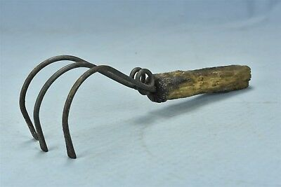 Antique SHABBY BENT WIRE CURVED 3 TINE CLAW CULTIVATOR GARDEN HAND TOOL #06336