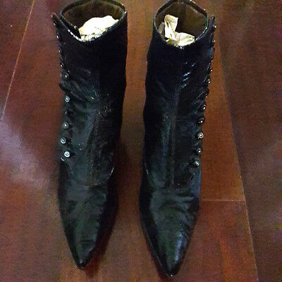 ANTIQUE VICTORIAN SCALLOPED PATENT CAP POINTY TOE BUTTON-UP BOOTS 1898-1920ish