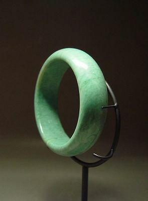 CHINESE TRADITIONAL 'VERDE-GREEN' JADE STONE BANGLE BRACELET (101.5 mm) 20th C.