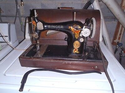 Antique Singer Sewing Machine in Wood Box 1925 Model 128