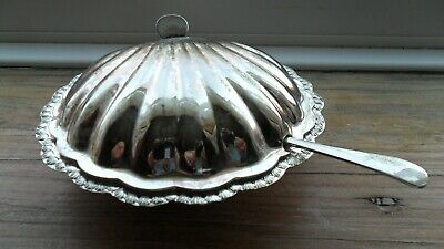 Silver-plated butter dish, in the shape of a scallop shell, with spreader.