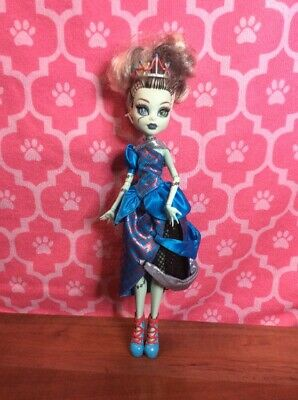 A Monster High Story Scarily Ever After Frankie Stein Threadarella Doll. Crown.