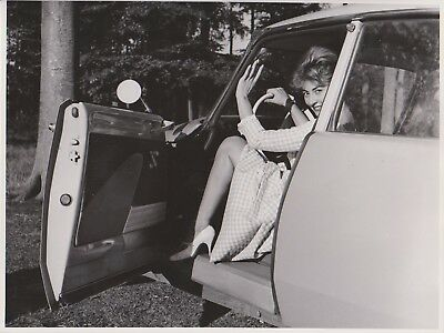 PIN UP BELGE MODE 60's VOITURE JAMBES ROBE VICHY Photo Presse Originale