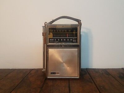 Vintage General Electric GE P977E Portable Solid State AM/FM Transistor Radio