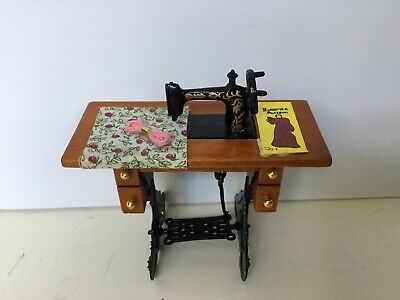 Dollhouse Miniature 1:12 Toy Metal And Wood Silver Table Sewing Machine HM29B