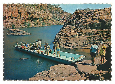 NT - c1970s POSTCARD - CHANGING BOATS FROM 1ST TO 2ND GORGE, KATHERINE, NT
