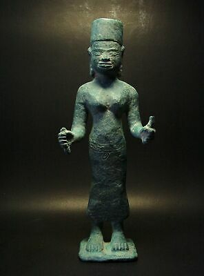 A STANDING FIGURE OF A FEMALE GODDESS 'SATI', PRE-ANGKORIAN ERA, BRONZE. 8/9th C