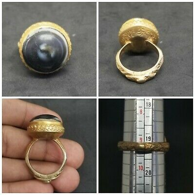 Stunning old gold gilded ring with beautiful banded agate stone