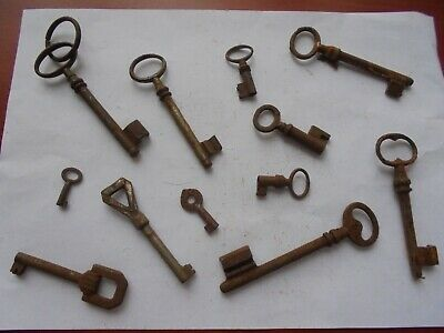 Large collection of antique rusty old keys (f1)