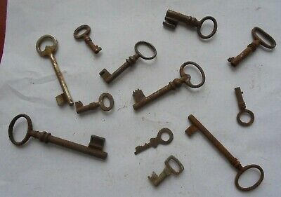 Large collection of antique rusty old keys (f4)