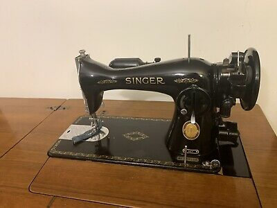 Vintage Singer Sewing Machine With Table & Lamp