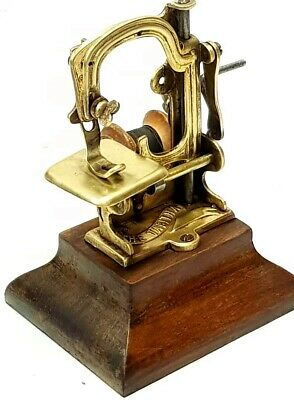 Antigua maquina de coser THE TABITHA miniature  Antique sewing machine