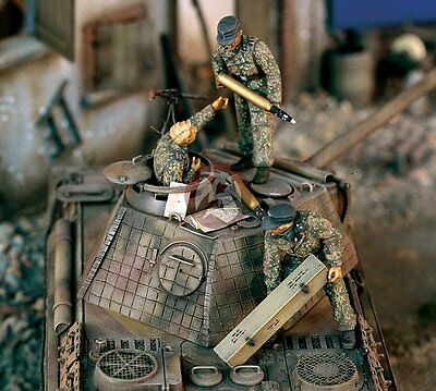 Verlinden 1/35 German Waffen-SS Tankers Stowing Tank Ammo WWII (3 Figures) 1153