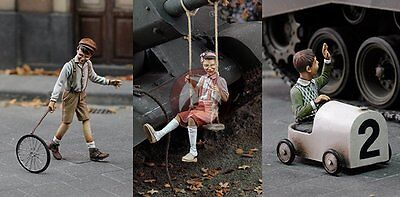 Royal Model 1/35 Children Playing (3 Figures) [Resin with Photo-etch parts] 638