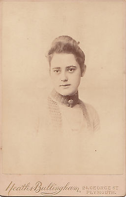 CABINET CARD. 1880 c.a RITRATTO DI RAGAZZA BY HEATH & BULLINGHAM PLYMOUTH-1726 F
