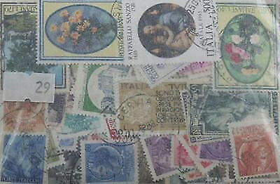 100 Italy stamps in packet. (29)