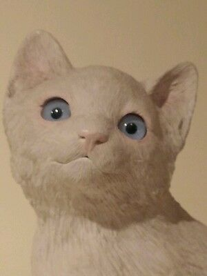 SANDICAST SEATED WHITE KITTEN  WITH BEAUTIFUL BLUE EYES-6 INCHES TALL
