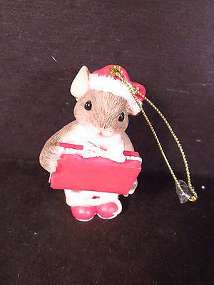 Charming Tails MOUSE IN SANTA HAT HOLDING PACKAGE ORNAMENT 87/145