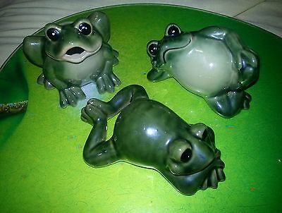 Beau Vtg ceramic lot of 3 green frogs Animal Figurine Collectible adorable frogs