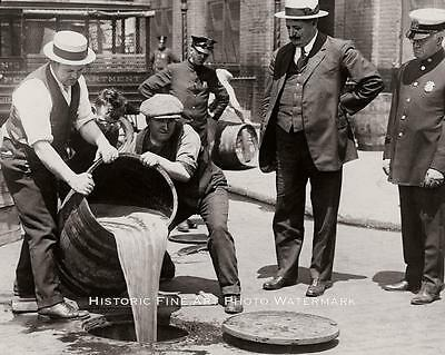 PROHIBITION VINTAGE PHOTO NYPD POURING LIQUOR IN NEW YORK CITY SEWER 1920 #20710