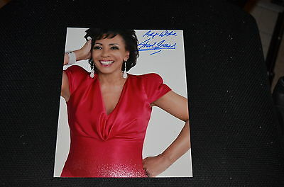 SHIRLEY BASSEY signed Autogramm 20x25 cm In Person JAMES BOND