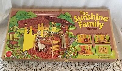 1974 Mattel Canada THE SUNSHINE FAMILY HOME with DOLLS Mom Dad Baby Sweets