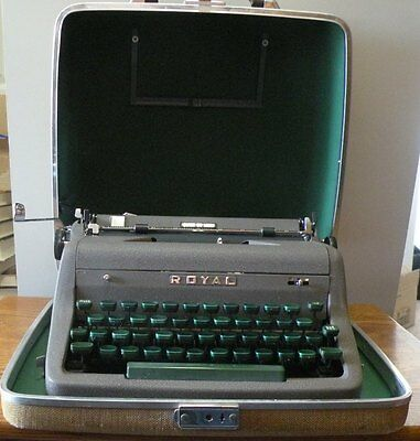 1953 Royal Portable Quiet Deluxe Typewriter with case - Working condition