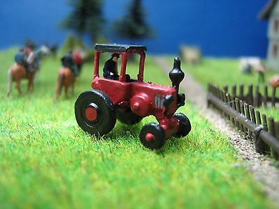 (TR101) farmer drives red tractor scale gauge Z (1:220)