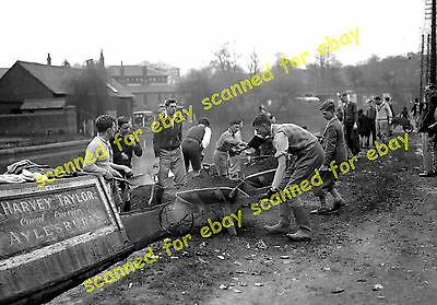 Photo - Unloading a narrowboat, Grand Union Canal, Berkhamsted, April 1936