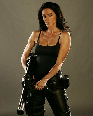 Super Frelling Awesome Farscape Aeryn Sun Claudia Black with her Pulse Rifle 8x1