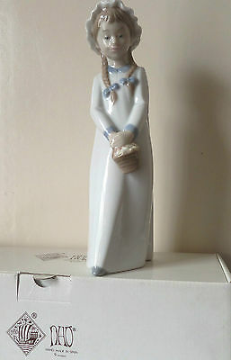 Nao Figurine GIRL WITH BASKET OF SWEETS by Lladro