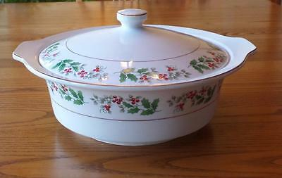 Gibson Christmas Charm 2 QT Covered Handled Casserole White Dish Holly & Berries