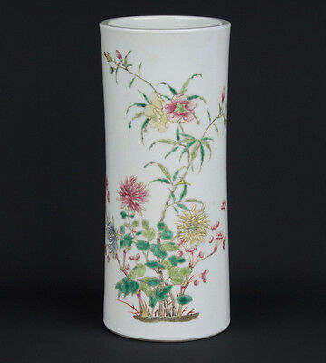 China 19. Jh. A Chinese Cylindrical Famille Rose Brush Pot / Vase Chinois Cinese