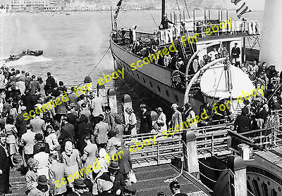 Photo - Glen Gower paddle steamer disembarking passengers, Hastings, May 1947
