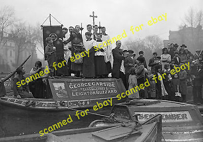 Photo - Canal narrow boat families, Easter service, Paddington, March 1932