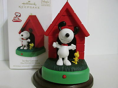 Snoopy Peanuts Charlie Brown Hallmark Christmas Ornament Music And Motion 2010