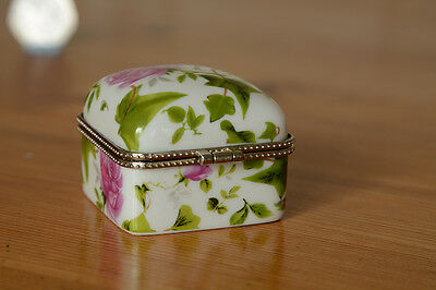 Attractive porcelain pill box with roses decoration.
