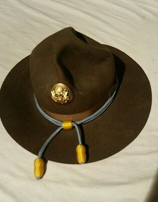 Vintage US Army campaign / drill hat with cord and badge
