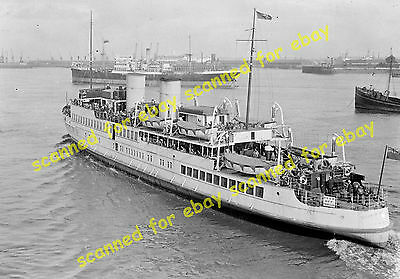 Photo - Queen Of The Channel pleasure steamer leaving Gravesend, Kent, 1939