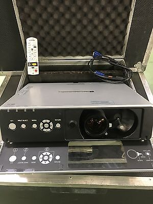 Video Projecteur Panasonic Pt F100Nt + Flight Case