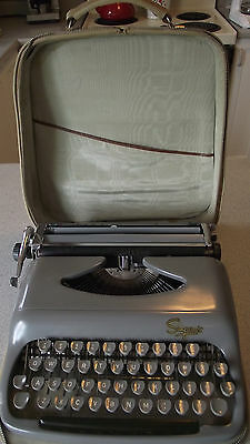 Vintage Commodore Typewriter 1960's Simpson's Canada with Case